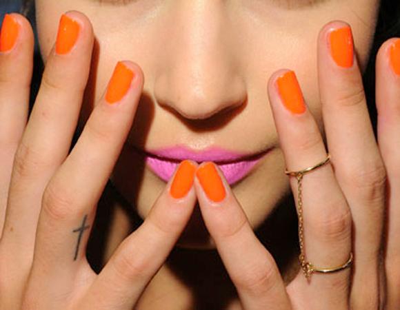 batom-rosa-esmalte-laranja