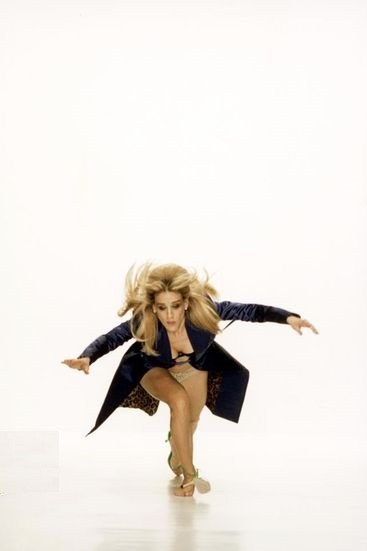 carrie-bradshaw-falling-on-runway